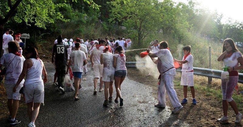 Историки считают, что традиция возникла благодаря почти тысячелетнему спору между двумя населенными пунктами Аро и Миранда де Эбро за право владения Бибилийскими скалами Фестиваль, в мире, вино, испания, люди, праздник