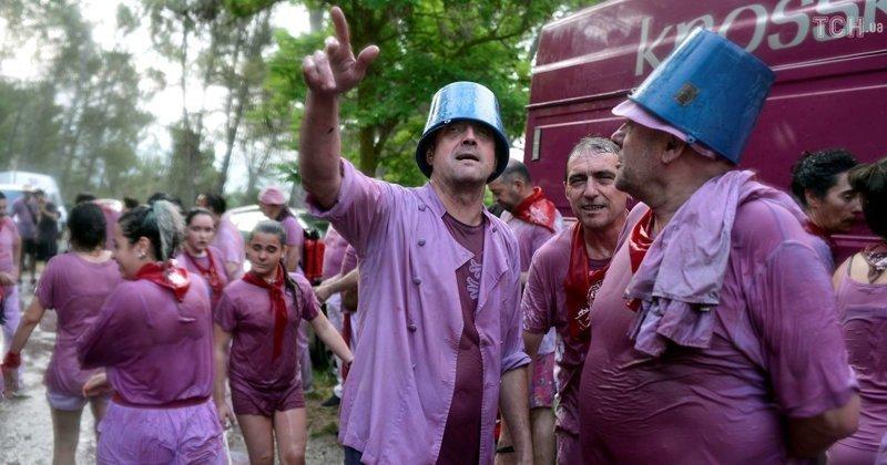 В баталиях принимает участие сотни людей Фестиваль, в мире, вино, испания, люди, праздник