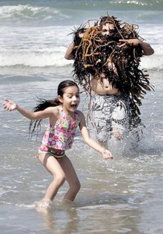 Да помоги же ты мне это снять, глупый ребенок! жизнь, люди, отдыхающие, пляж, фейл, юмор