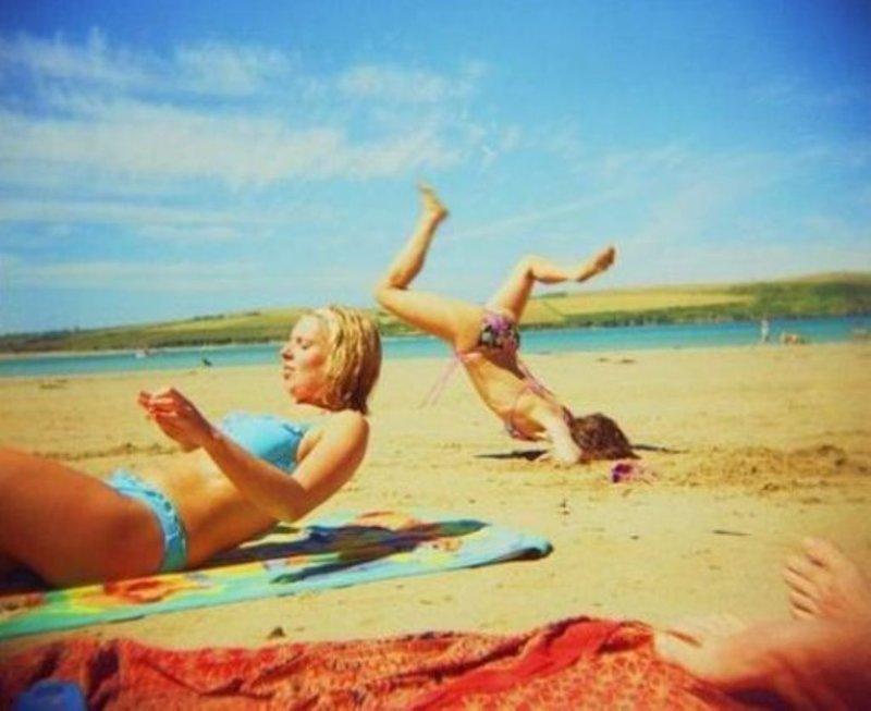 Мама, смотри, я страус с головой в песке! жизнь, люди, отдыхающие, пляж, фейл, юмор