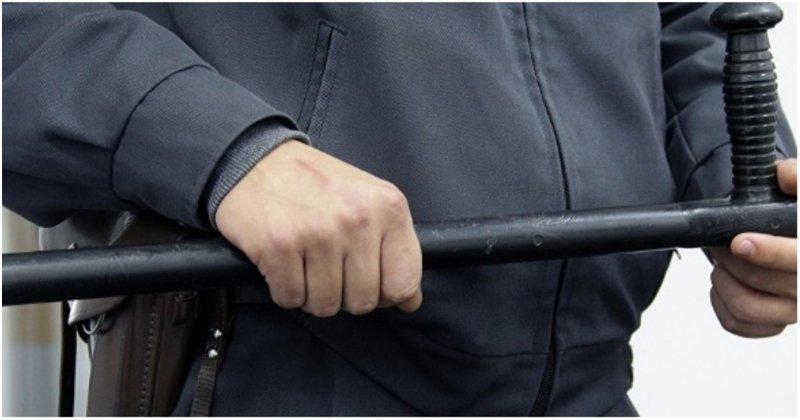 В Воронеже футбольный фанат попрыгал на полицейской машине и получил между глаз дубинкой видео, воронеж, инцидент, победа, полиция, сборная Россия, чемпионат мира