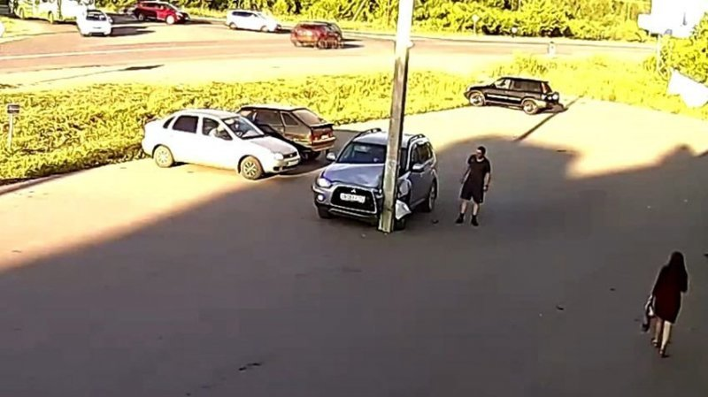 Водитель не заметил столб в самом центре парковки авария, авто, авто авария, видео, дтп, прикол, столб, юмор
