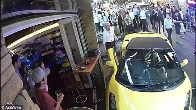 """""""За деньги можно купить хорошую машину, но не голову"""" ynews, авто, забыл поставить на ручник., забыл ручник, инцидент, инциденты на дороге, ламборджини, ручной тормоз"""