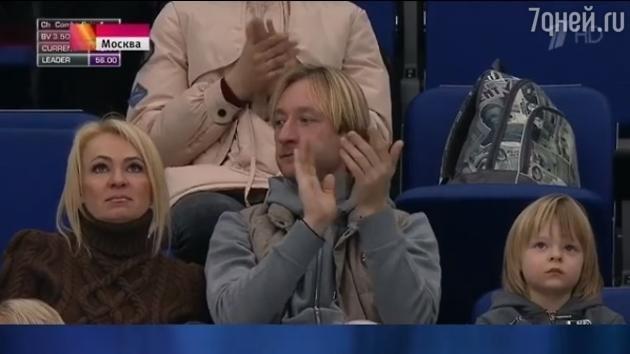 А это фото сделано без участия Рудковской: на открытии Чемпионата Европы по фигурному катанию продюсер привлекла внимание прессы растрепанным видом звездные тайны, звезды, звезды без фотошопа, папарацци, рассекретили звезд, фото