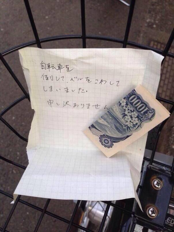 """9. В записке говорится: """"Я случайно врезался в ваш велосипед и сломал звонок. Прошу прощения"""". изобретение, инновация, мир, путешествие, факты, фото, япония"""