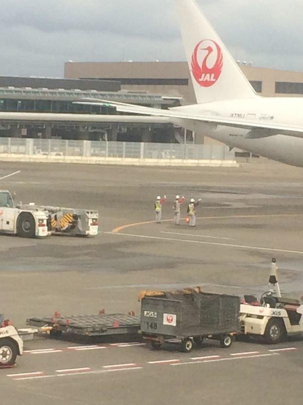 27. Рабочие аэропорта кланяются и машут на прощание улетающему самолету  изобретение, инновация, мир, путешествие, факты, фото, япония