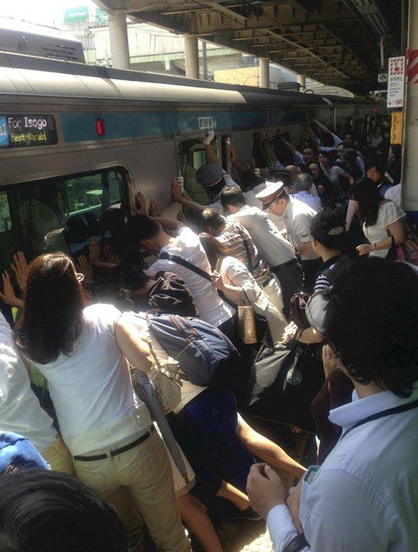 12. Пассажиры в Токио толкают вагон, чтобы спасти женщину, которая упала и застряла между платформой и поездом изобретение, инновация, мир, путешествие, факты, фото, япония