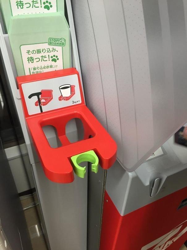 38. Банкомат с держателем для трости или напитка  изобретение, инновация, мир, путешествие, факты, фото, япония
