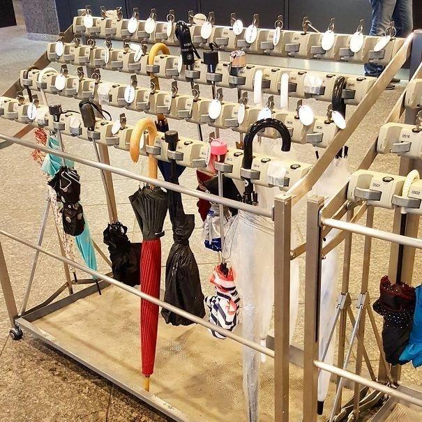 17. Стойки для хранения зонтиков в общественных местах  изобретение, инновация, мир, путешествие, факты, фото, япония