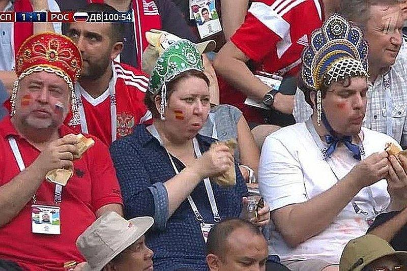 Болельщики в кокошниках будут есть сосиски весь матч, лишь бы сборная России выиграла в Сочи мем, спорт, футбол