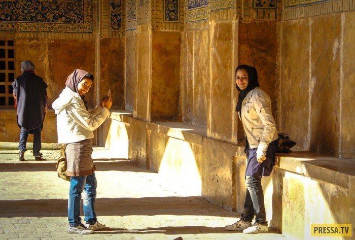Девицы в мечети (!) фотографировали другу друга. Заметили меня. Еще и воздушный поцелуйчик передали. девушки, история, факты