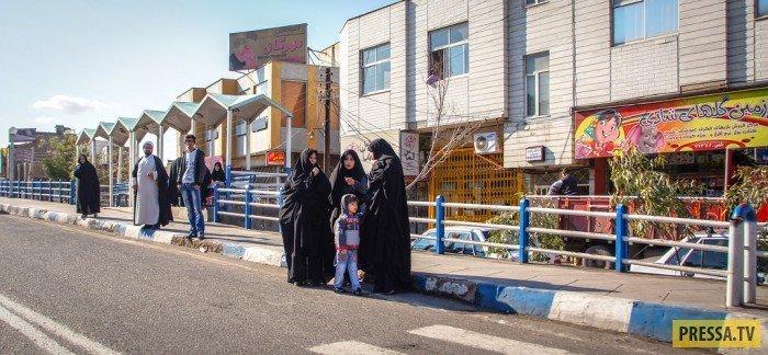Город Кум. Женщины ждут автобус. Спереди садятся мужчины, женщины заходят и сидят сзади. Поэтому стоят чуть дальше самой остановки (видимо автобус будет длинный) девушки, история, факты