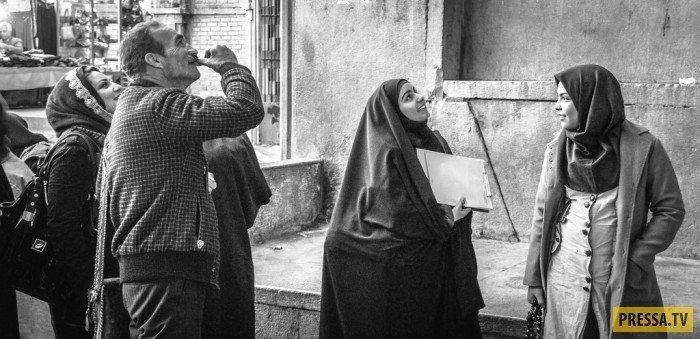 Молодая женщина архитектор или инженер осматривает место проведения будущих строительных работ. девушки, история, факты