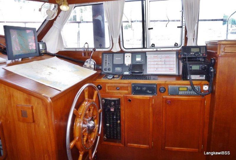 В шторм яхта управляется из Рубки, где также есть Штурвал и рация  кругосветка, отчет, путешествие