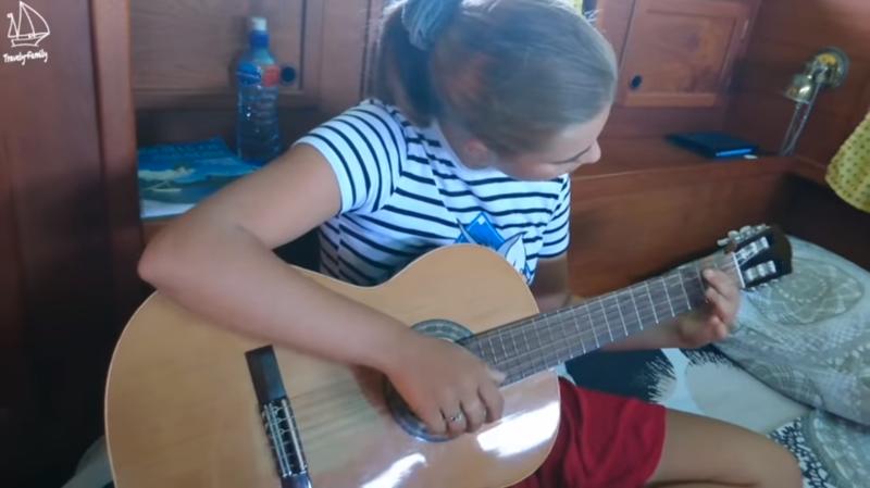 В плавании игра на гитаре - самый лучший способ расслабиться  кругосветка, отчет, путешествие