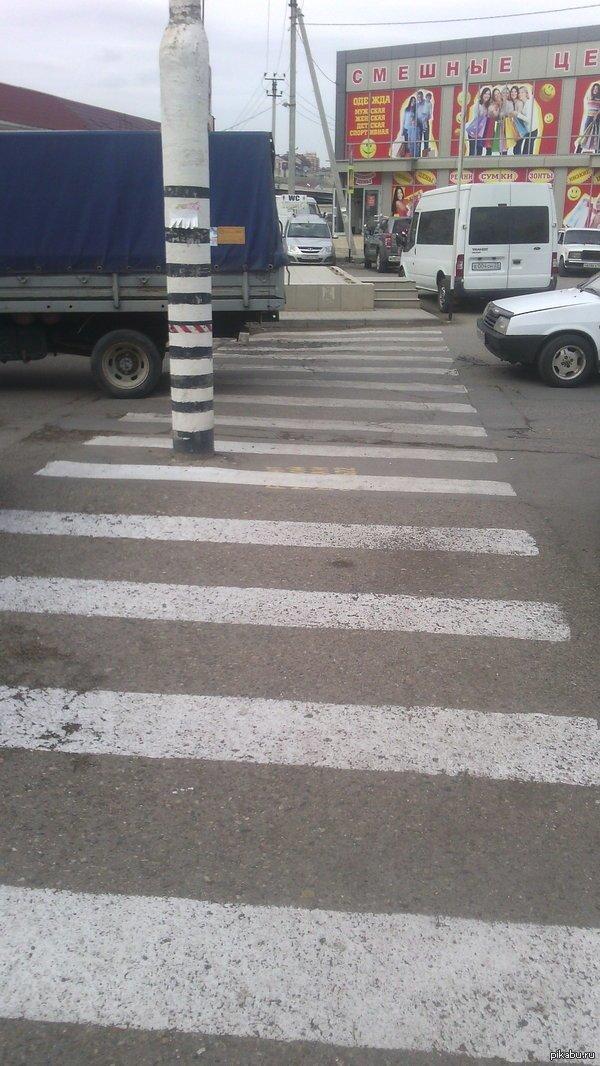 Да-да-да, просто столб посреди пешеходного перехода. Крымск Кубань, жара, краснодар, краснодарский край, прикол, юмор