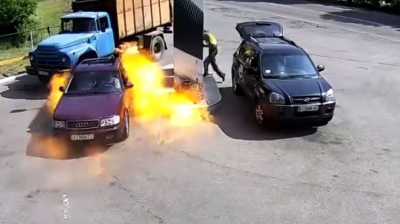 Быстрая реакция автозаправщика спасла от крупного пожара авто, азс, взрыв, видео, возгорание, заправка, огнетужитель, пожар