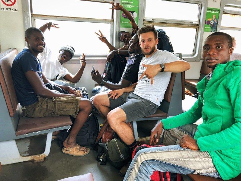 Как африканских болельщиков поселили к бомжам в Москве. И что из этого вышло senegal, болельщики, москва, фанаты, футбол, чемпионат мира
