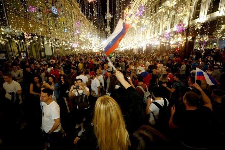 1 июля Россия победила Испанию в 1/8 финала чемпионата мира. Страна была абсолютно счастлива meme, ЧМ 2018 Россия, ЧМ 2018 по футболу, балерины, круто, мем, спорт в массы, футбол