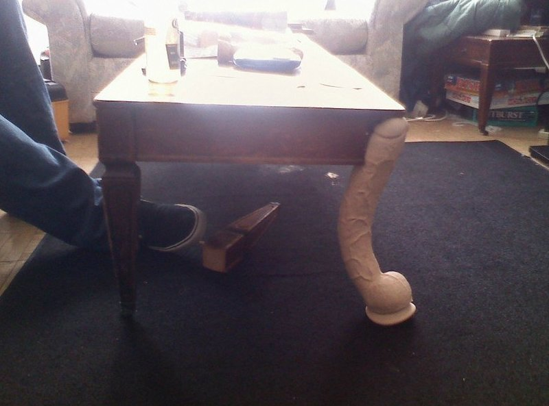 Зачем нужна ножка для стола, если есть дилдо? альтернативное применение, дилдо, прикол, страпоны, фаллос, юмор