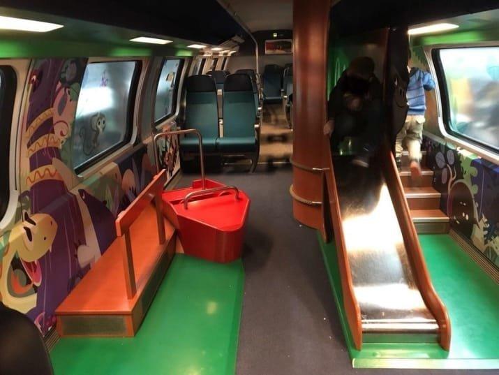 В Швейцарии поезда оборудованы вагоном для детей, где они могут резвиться авто, автобус, для людей, интересное, люди, общество, транспорт
