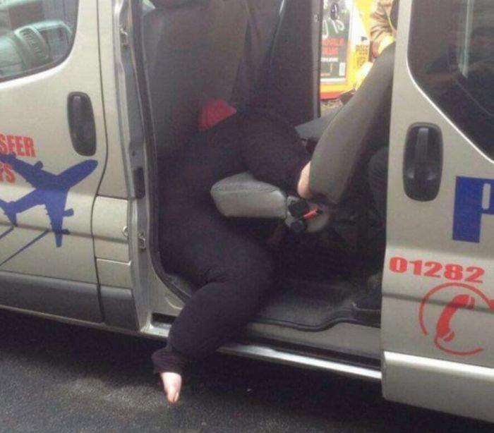 Тучная дама застряла в такси девушки, застряла, прикол, юмор