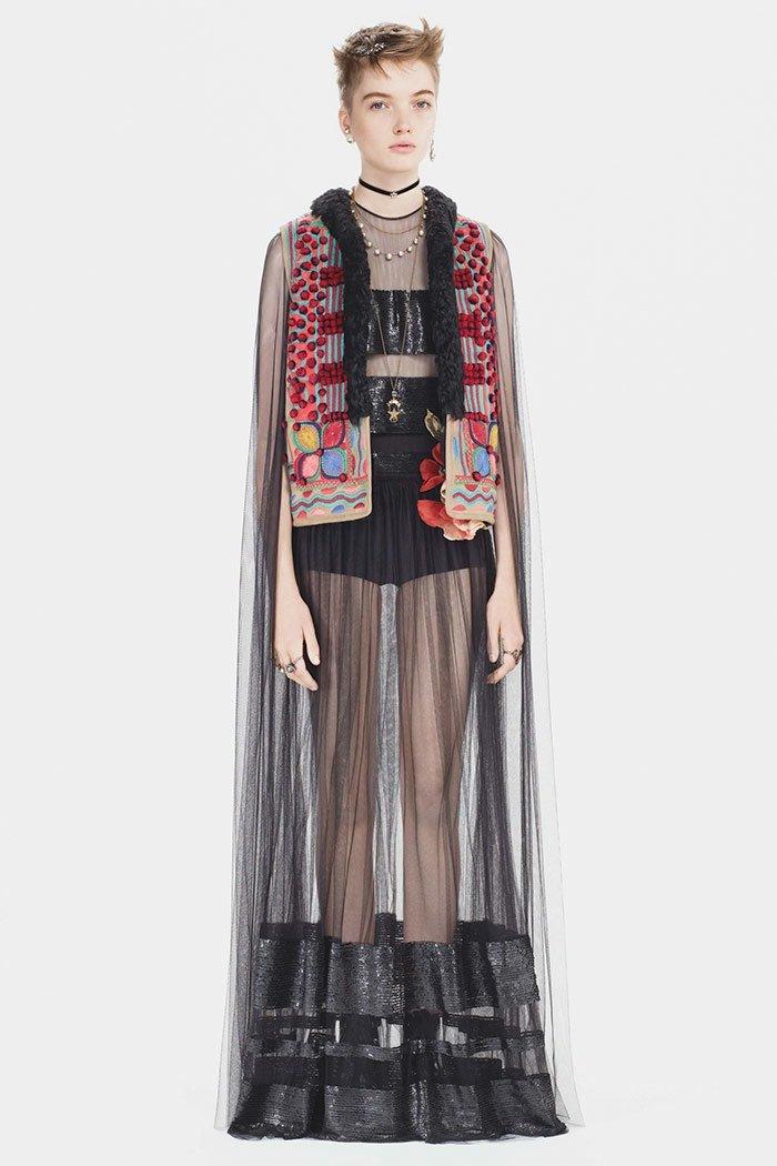 В прошлом году, когда дом моды Dior представил свою осеннюю коллекцию, люди в Румынии заметили, что кое-что в этой коллекции выглядит до боли знакомым dior fashion, вышивка, заимствование, мода, орнамент, плагиат, румыния, традиции
