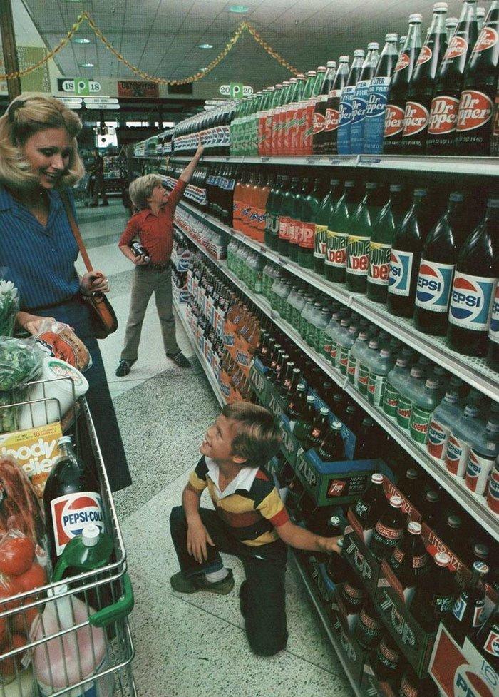 1980 год, когда газированные напитки выпускались исключительно в стеклянной таре  винтаж, магазин, ретро, супермаркет, сша, универсам, фотография