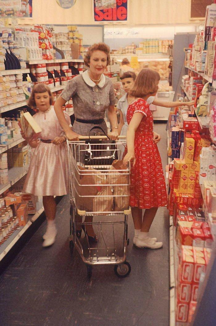 Пэт Никсон, супруга 37-го президента США Ричарда Никсона, с детьми в магазине, 1958 год  винтаж, магазин, ретро, супермаркет, сша, универсам, фотография