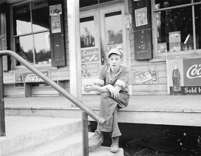 Подросток у дверей универсама, Роузленд, Вирджиния, 1938 год винтаж, магазин, ретро, супермаркет, сша, универсам, фотография