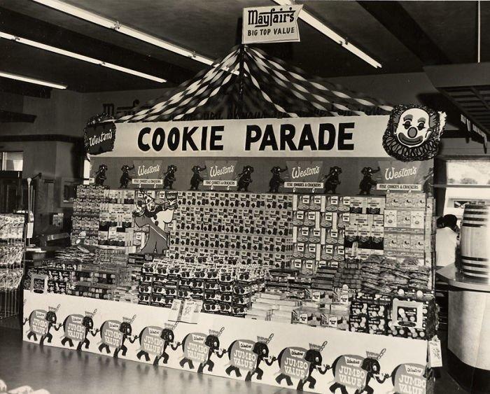 Стеллаж с печеньем в супермаркете Mayfair, 1950-е  винтаж, магазин, ретро, супермаркет, сша, универсам, фотография