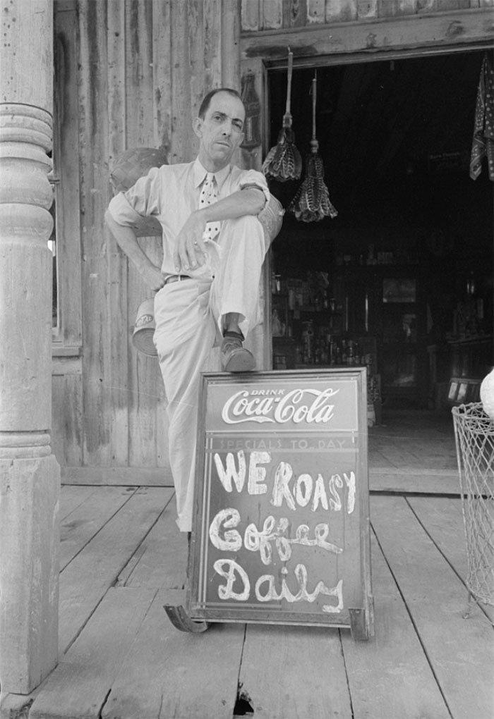Владелец магазинчика продовольственных товаров, Луизиана, 1938 год винтаж, магазин, ретро, супермаркет, сша, универсам, фотография