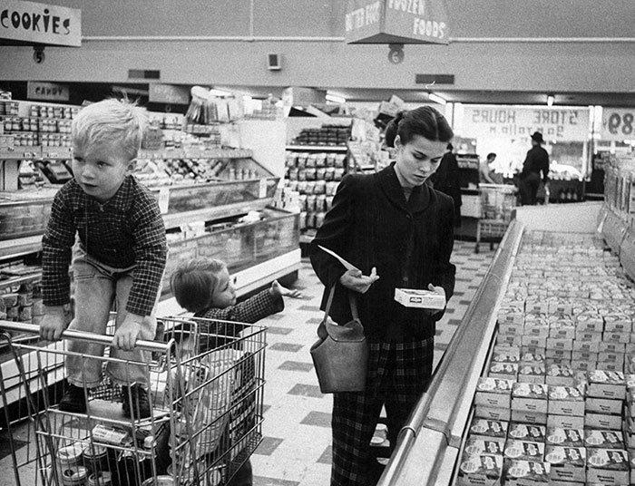 Мать с детьми в супермаркете, 1956 год  винтаж, магазин, ретро, супермаркет, сша, универсам, фотография