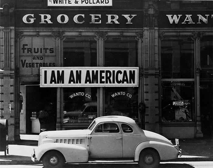 """Продуктовый магазин с табличкой """"Я американец"""", 8 декабря 1941 года, на следующий день после нападения на Перл-Харбор   винтаж, магазин, ретро, супермаркет, сша, универсам, фотография"""