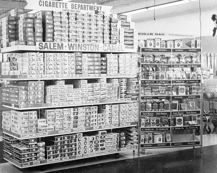 Табачный отдел в Clark's, Шарлотт, Северная Каролина, 1963 год  винтаж, магазин, ретро, супермаркет, сша, универсам, фотография