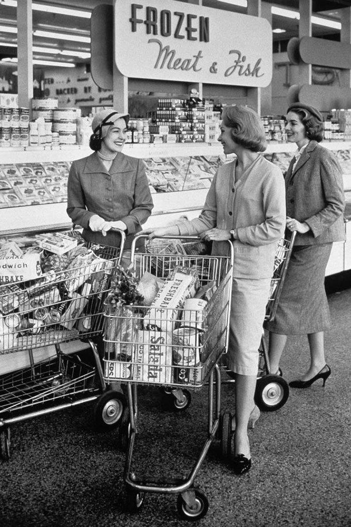 В отделе замороженных продуктов, 1950-е  винтаж, магазин, ретро, супермаркет, сша, универсам, фотография