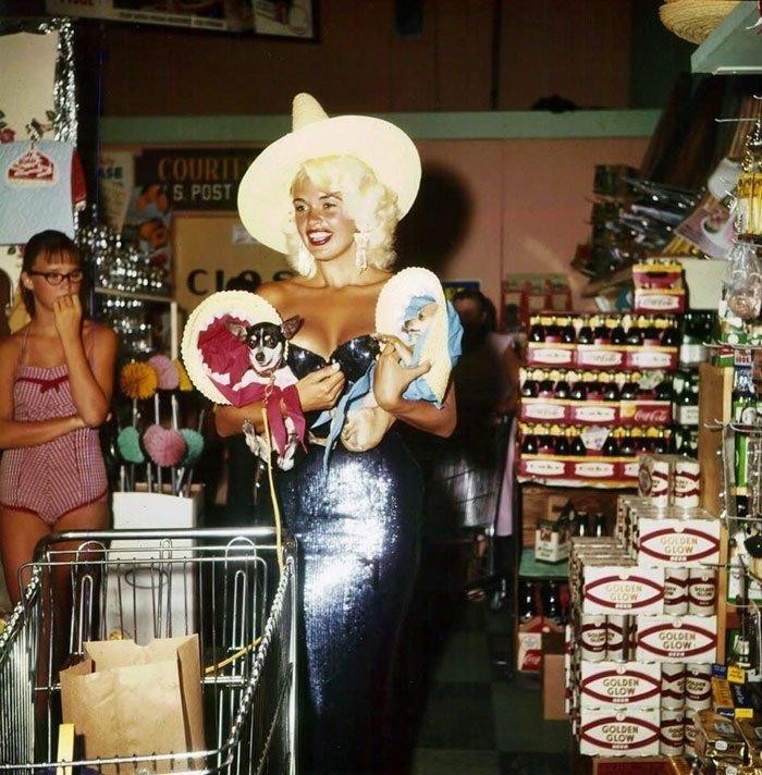 Джейн Мэнсфилд в одном из супермаркетов Лас-Вегаса, 1959 год  винтаж, магазин, ретро, супермаркет, сша, универсам, фотография