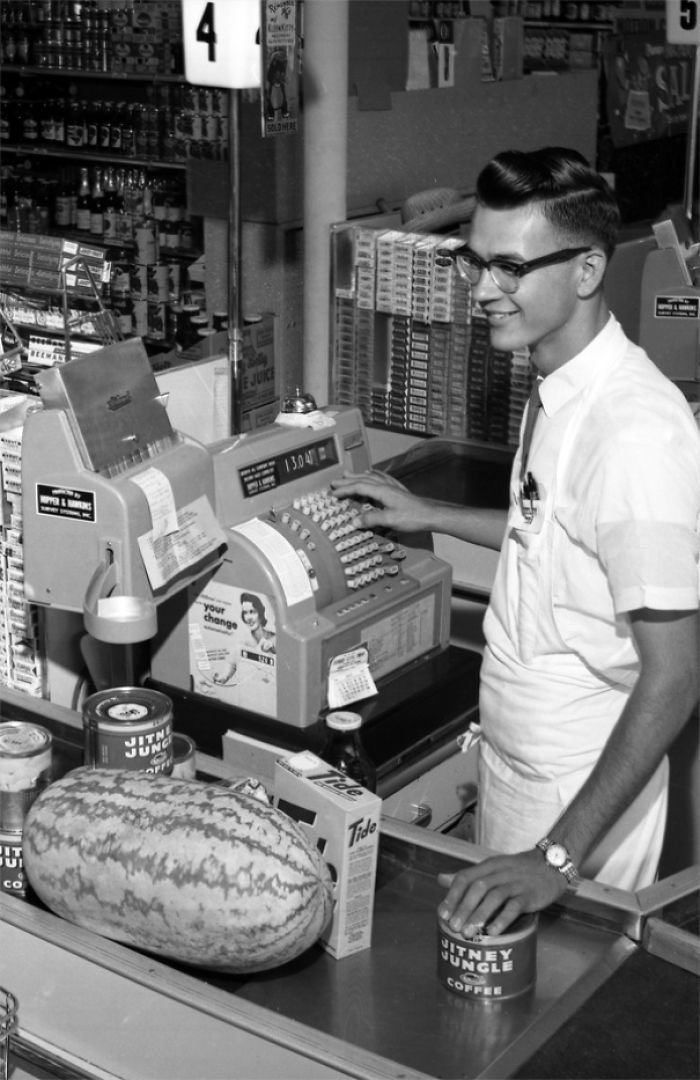 Кассир сети Jitney Jungle, Таллахасси, Флорида, 1962 год винтаж, магазин, ретро, супермаркет, сша, универсам, фотография