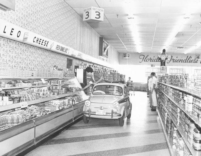 В супермаркетах Publix раньше возили покупателей на миниатюрной машине, 1957 год  винтаж, магазин, ретро, супермаркет, сша, универсам, фотография