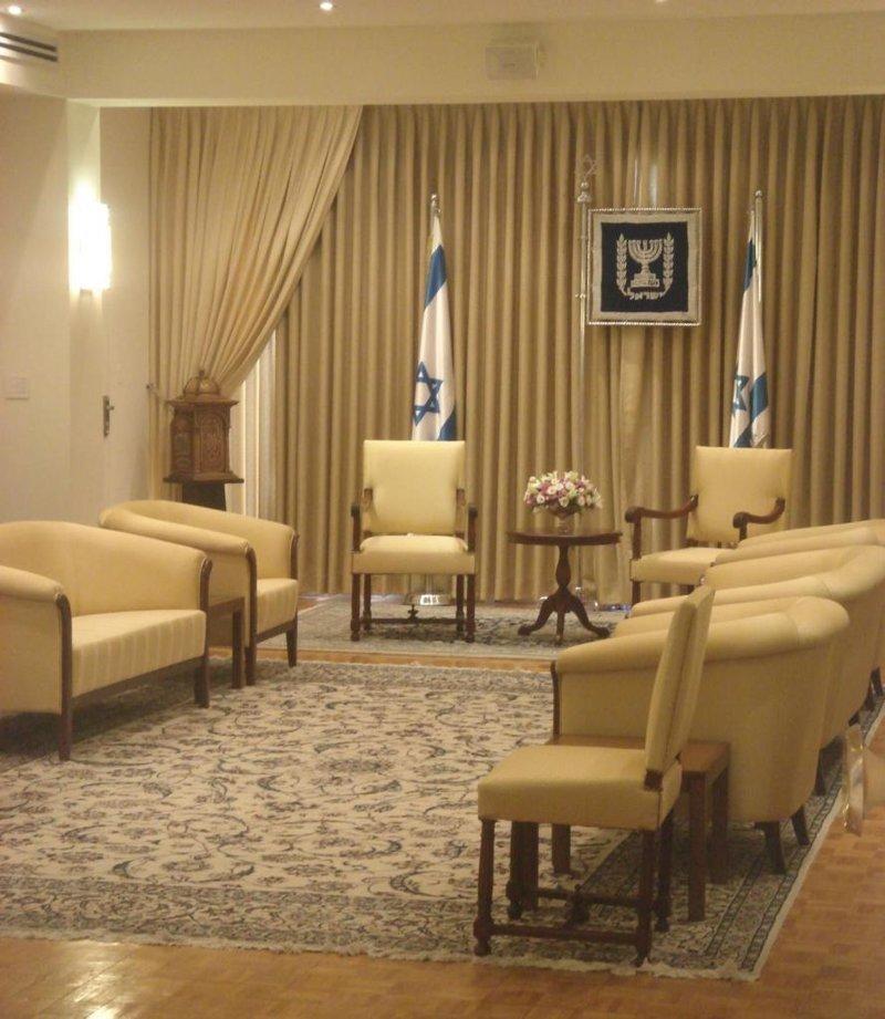 А это помещение для переговоров, где проходят важные встречи где решают вопросы президенты, глава страны, главы государств, кабинет президента, президенты, рабочие кабинеты президентов