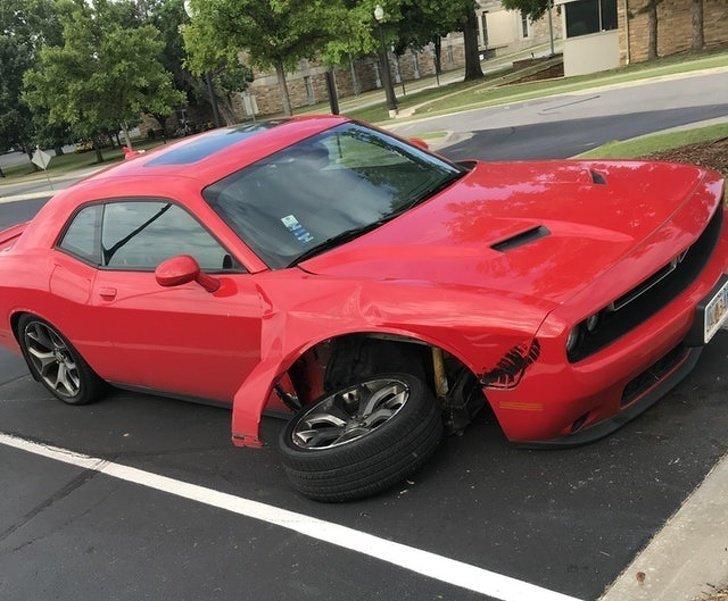 На парковке пытались снять колесо, но что-то пошло не так неприятности, прикол, худший день, юмор
