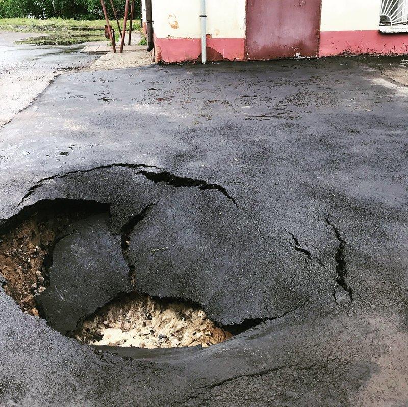 """Понравился комментарий к фото, отражающий нашу жизнь  """"На протяжении недели около кировской прокуратуры делали ремонт дороги. Сегодня утром ремонт был закончен. Прошло 4 часа"""" всячина, дороги, жизнь, провалы, юмор, ямы"""
