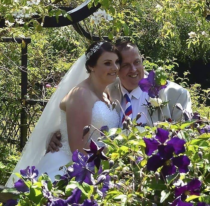 Марк и Мэнди решили устроить фотосессию в парке города Торки, где обычно бывают молодожёны в мире, загар, история, люди, принцип, свадьба