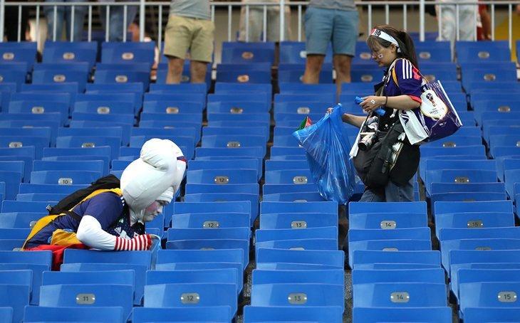 Почему японцы убирают за собой мусор на стадионах? мусор, факты, японцы