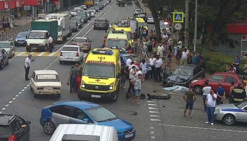 В Сочи водитель во сне сбил шестерых пешеходов и влетел в иномарку, но остался жив авария, авария дня, авто, авто авария, видео, дтп, смертельное дтп, уснул за рулем