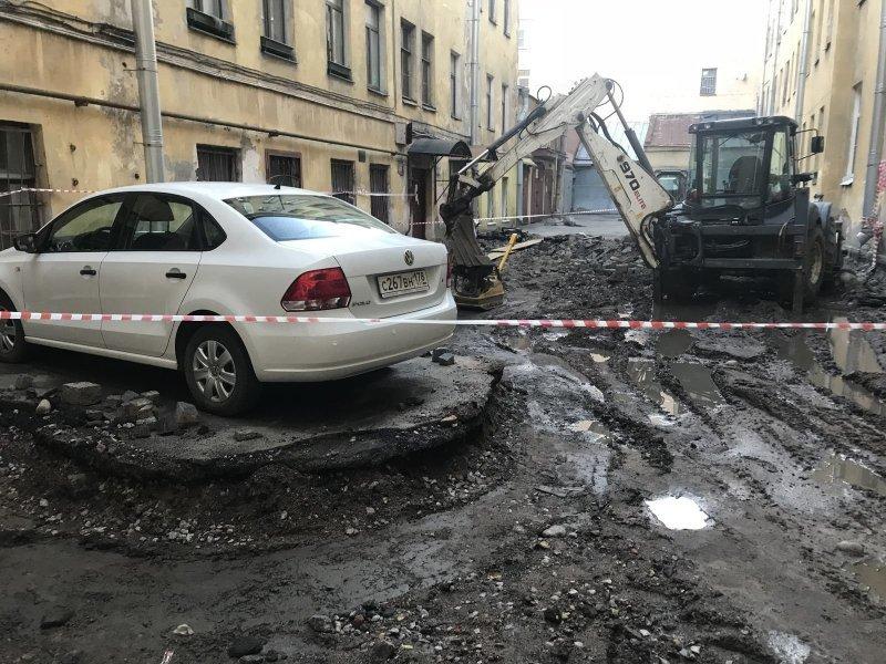 Автовладелец не успел отогнать свой транспорт и теперь застрял на долго volkswagen, авто, коммунальщики, курьез, парковка, прикол, ремонт дорог, юмор