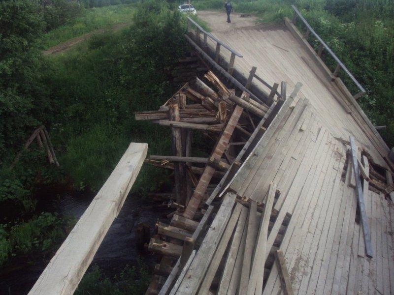 Деревянный мост через реку обрушился из-за тяжелой фуры авто, груз, грузовик, дтп, мост, мост рухнул, обрушение, перегруз, фура