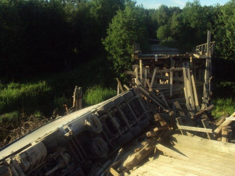 Прибывшие на место происшествия сотрудники ГИБДД в первую очередь потребовали у большегруза документацию на перевозку. авто, груз, грузовик, дтп, мост, мост рухнул, обрушение, перегруз, фура