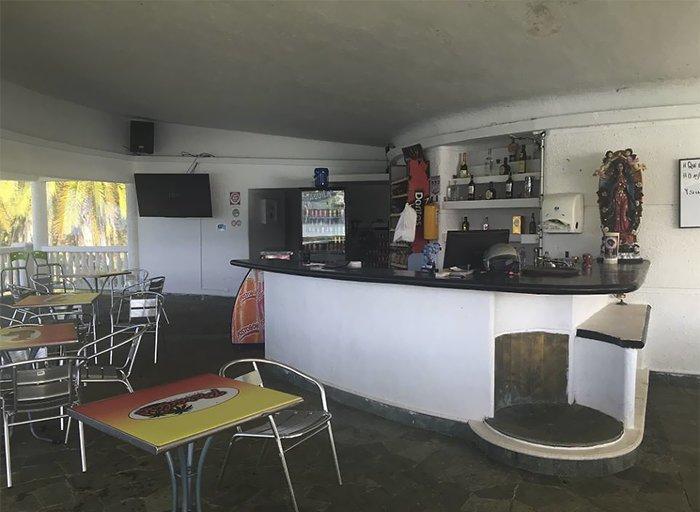 Танцевальный зал переоборудовали в бар для туристов  Медельин, Пабло Эскобар, знаменитость, колумбия, наркобарон, особняк, пейнтбол