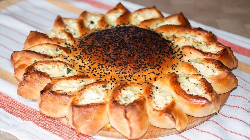 Пирог подсолнух с мясом и сыром